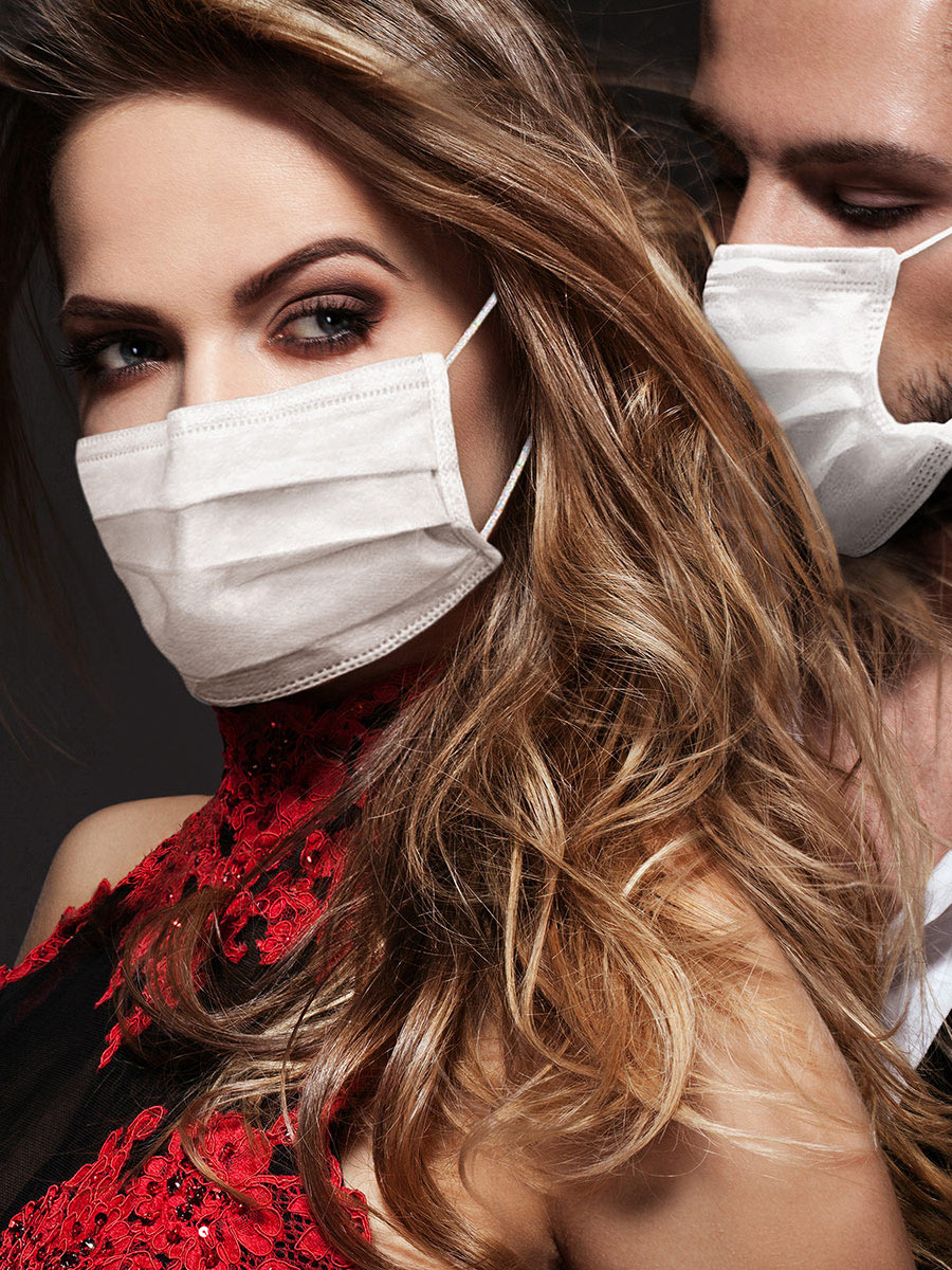 Dating with face masks – this sexy couple shows how to do it