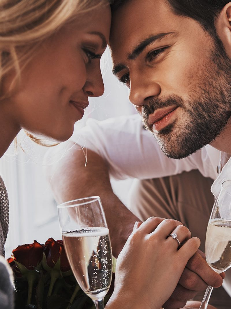 Single couple enjoys a sparkling first date